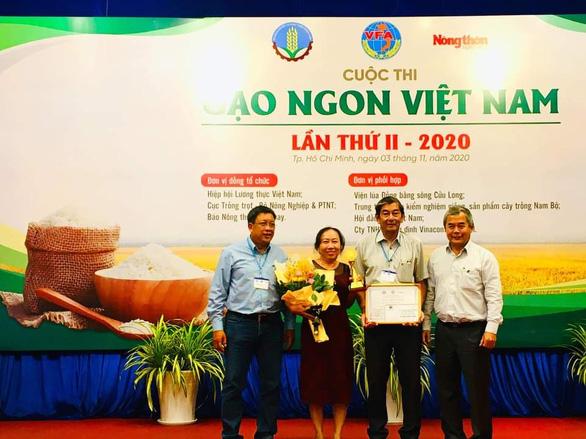 Chủ tịch UBND tỉnh Sóc Trăng tặng bằng khen cho nhóm tác giả lai tạo giống lúa thơm ST25