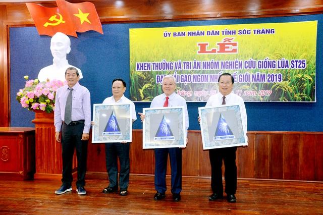Kỹ sư Hồ Quang Cua tặng biểu trưng gạo ngon nhất thế giới cho lãnh đạo tỉnh Sóc Trăng.