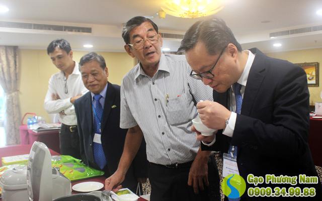 Khách hàng dùng thử cơm gạo ST23 tại Hội Chợ