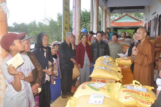 Phát gạo từ thiện cho người có hoàn cảnh khó khăn