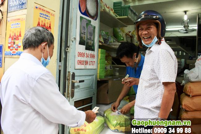 Nhiều khách đến tận cửa hàng mua gạo ST25 về ăn tết.