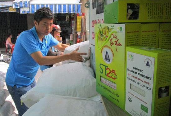 Gạo ST25 cháy hàng trong thị trường quà Tết
