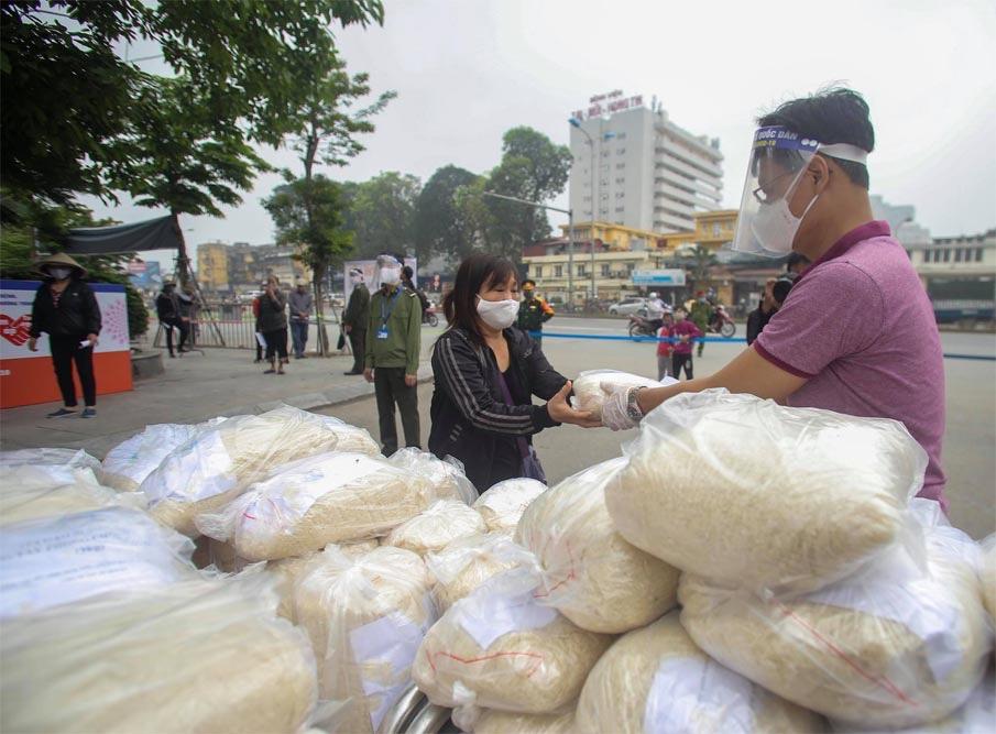 Các nhà hảo thâm phát gạo từ thiện cho người khó khăn mùa Covid-19