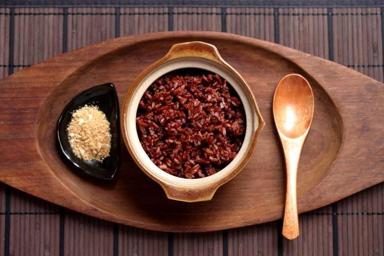 Gạo lứt là loại gạo có thành phần dinh dưỡng cao, trong quá sản xuất các doanh nghiệp đã bóc bỏ vỏ trấu bên ngoài của hạt lúa, và vẫn giữ nguyên vẹn lớp cám mỏng bao bọc phía bên ngoài hạt gạo. Ngoài tên gọi là gạo lứt người ta còn có tên gọi khác gạo rằn, gạo lật.