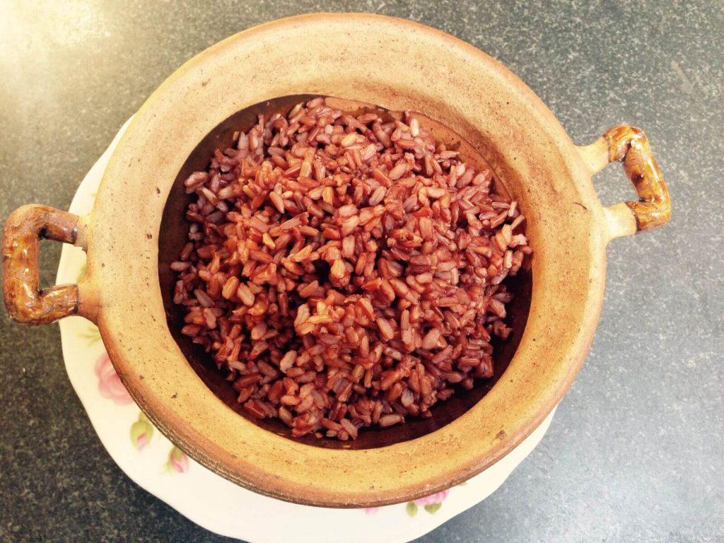 Nấu gạo lứt ST đỏ bằng nồi đất