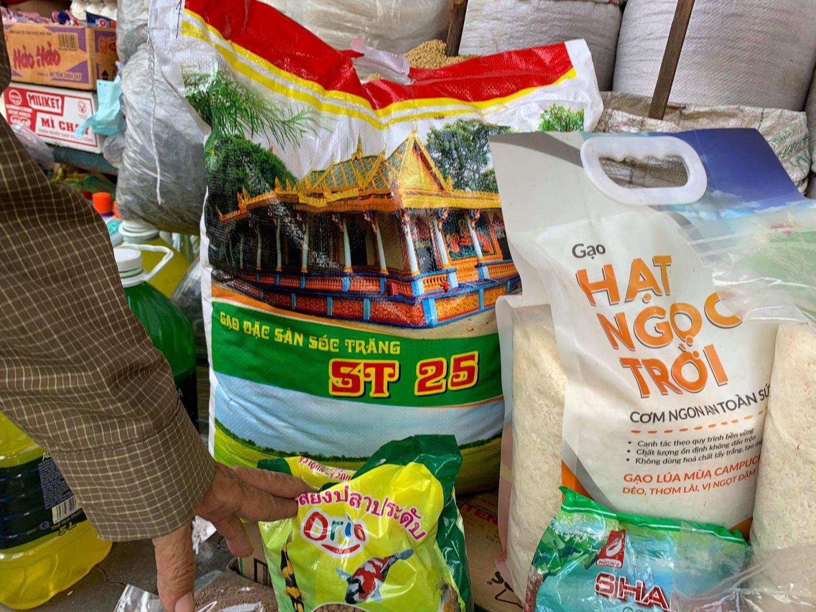 Gạo ST25 bao 10kg mang thương hiệu đặc sản Sóc Trăng được bày bán với mức giá 300.000 đồng/bao