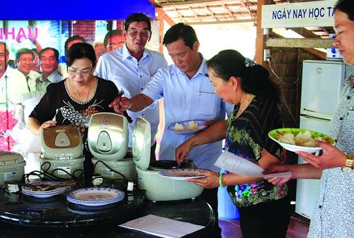 Khách hàng ăn thử cơm gạo ST24