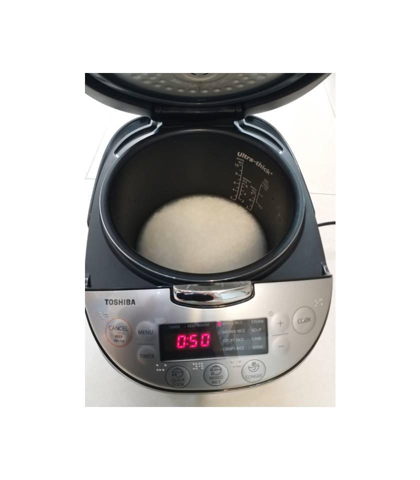Mình dùng 1 chén gạo nên mình cho 1 chén nước vào để nấu. Các bạn nhớ tỉ lệ 1:1 nhé
