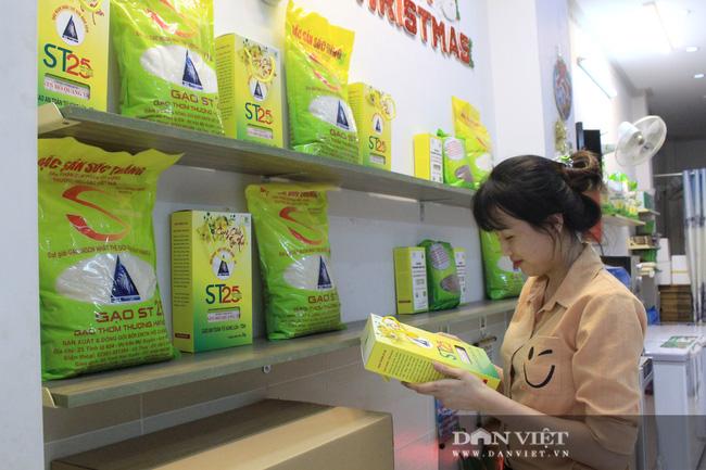 Gạo ST24, ST25 của kỹ sư Hồ Quang Cua được trưng bày đẹp mắt tại Showroom gạo ST25 chính hãng mới.